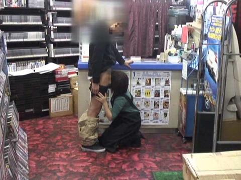 女性だけの遅番があるレンタルビデオ店で隠しカメラに映った衝撃のレイプ映像集 Vol.1 無修正画像03