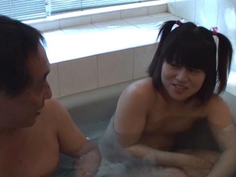幼い姪っ子と一緒にお風呂に入ってロリボディを堪能してハメたり小さなお口でフェラさせたり part.1 無修正画像02