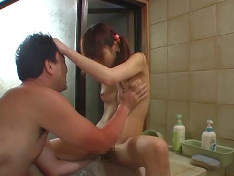 幼い姪っ子と一緒にお風呂に入ってロリボディを堪能してハメたり小さなお口でフェラさせたり part.4 無修正画像03